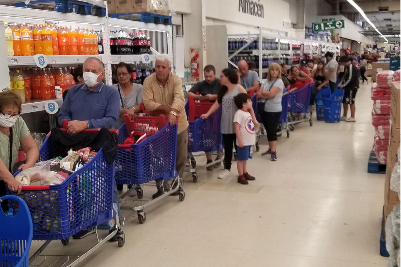 Largas colas en los supermercados en medio de la pandemia de coronaviruas en el conurbano bonaerense.